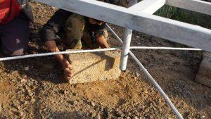 instalación de la base del nuevo depósito de agua para el campo Arhab, Yemen