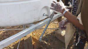 instalación del nuevo depósito de agua para el campo Arhab, Yemen