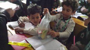 repartiendo desayunos en Yemen