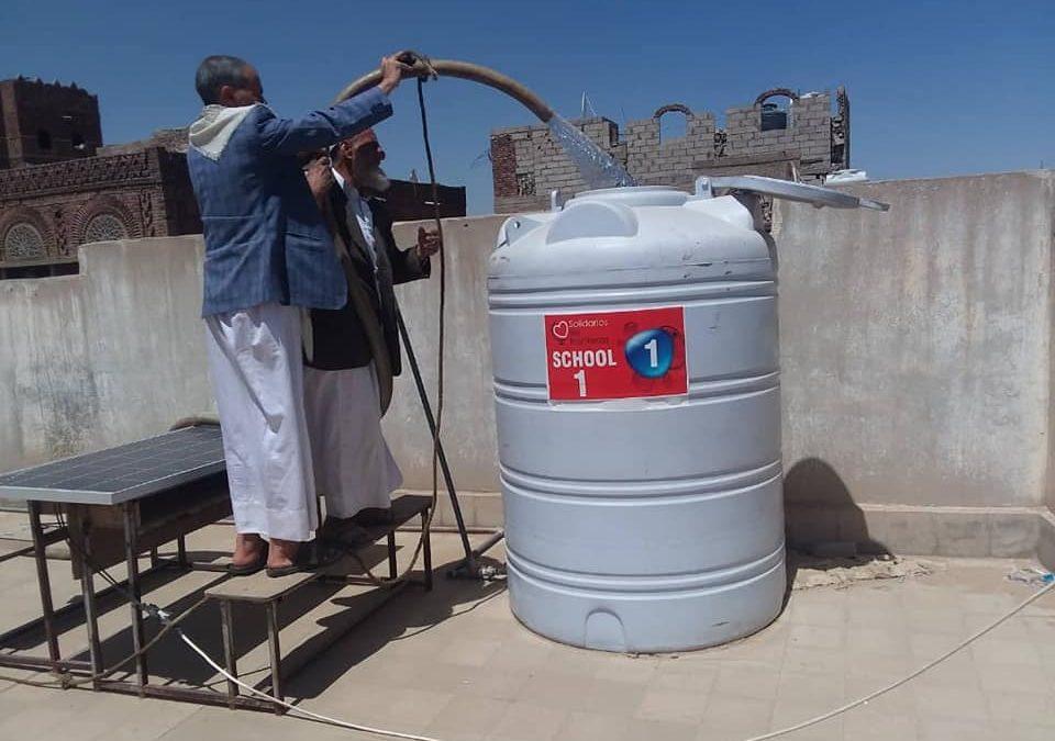 Ali rellenandouno de los depósitos de agua potable de una escuela en Sana'a, Yemen