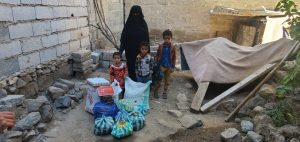 mujeres y niños reciben comida en Yemen