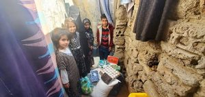 Familias en Yemen recibiendo comida