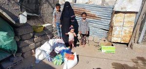 reparto de packs de comida en Yemen
