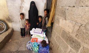 familias recibiendo alimentos, Yemen