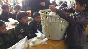 escuela mixta recibiendo desayunos, Yemen