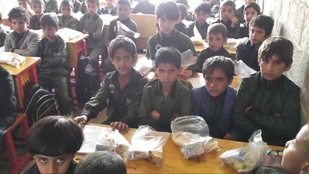 Reparto de desayunos en la escuela mixta, Yemen