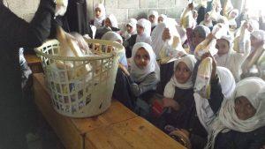 alumnas recibiendo desayuno enescuela mixta, Yemen