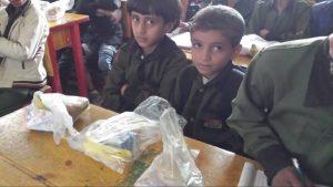 niños recibiendo desayuno, Yemen
