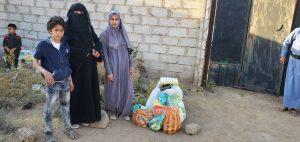 Familia recibiendo alimentos en Yemen