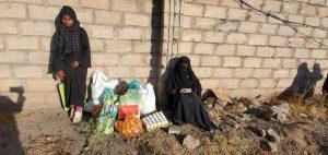 Familia recibiendo nuestro pack de alimentos en Yemen