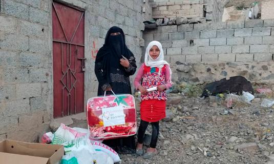 niña y madre reciben una manta en Yemen, Solidarios sin fronteras