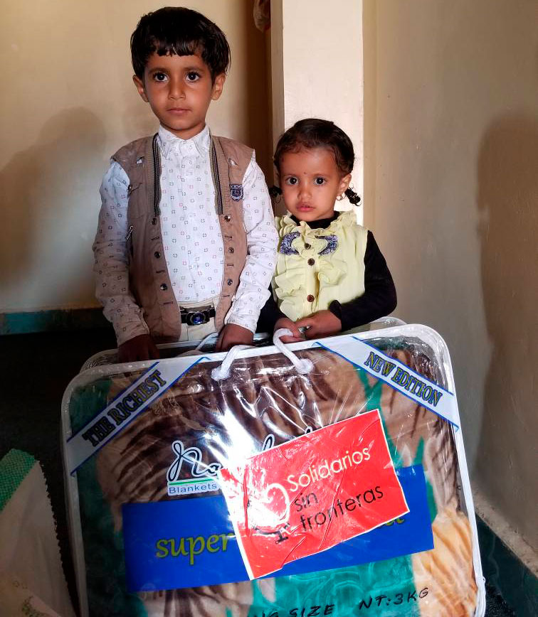 niños con manta en Yemen, solidarios sin fronteras