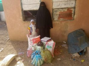 familias reciben alimentos en Yemen