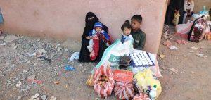 familias desplazadas reciben alimentos en Yemen