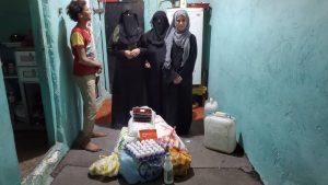 Distribuyendo alimentos en Yemen