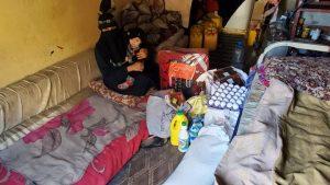 Distribuyendo alimento a las familias en Yemen