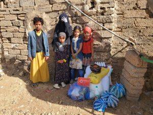 reparto de alimentos para las familias en Yemen