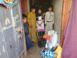 familias reciben comida en Yemen